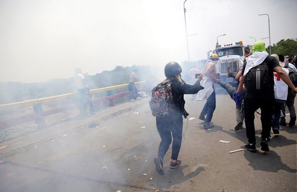 Colombian foreign Ministry reported almost 300 injured after clashes on the border with Venezuela