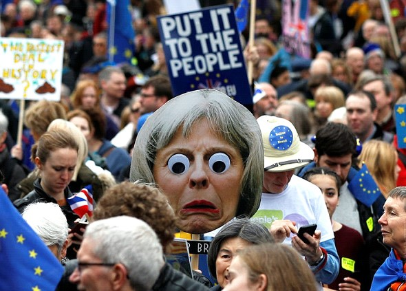 """Thousands of Britons took to the streets. They demand a new referendum on """"Brexit»"""