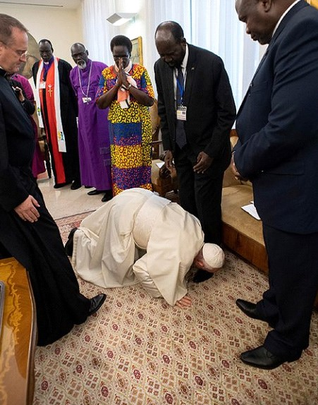 Pope Francis kissed the feet of the leadership of southern Sudan, calling for peace in the country
