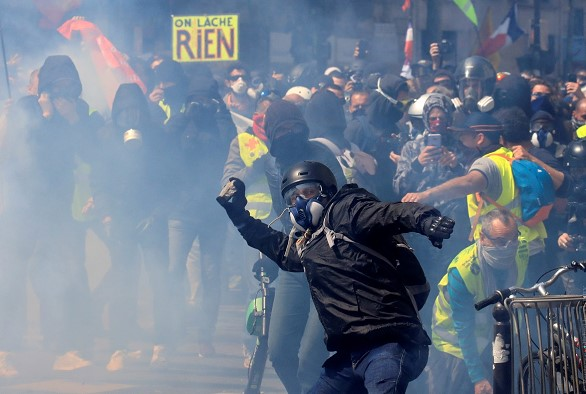 "In Paris are the Mayday demonstrations of the ""yellow jackets"""