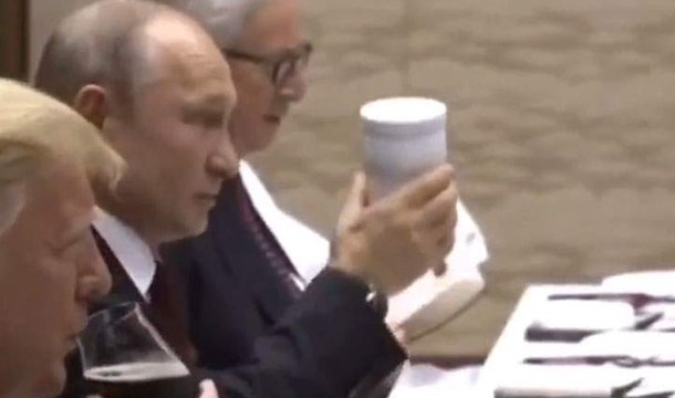 Putin came to the G20 leaders ' dinner with his thermos