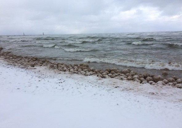 Thousands of ice balls appeared on the shore of a lake in the United States