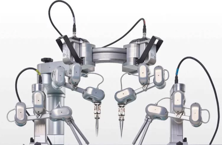 Robotic surgeon capable of stitching blood vessels