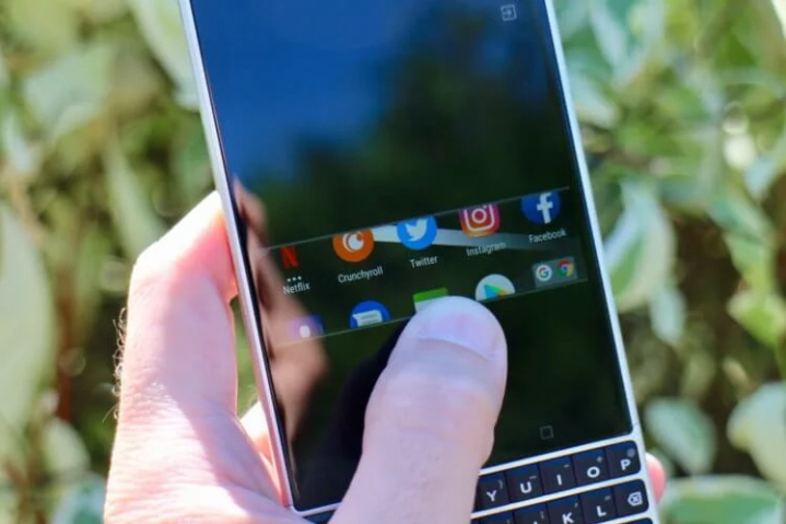 This is what the BlackBerry Privacy Shade feature looks like in action