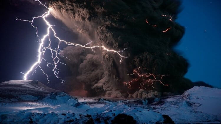 This is what lightning looks like inside a volcano