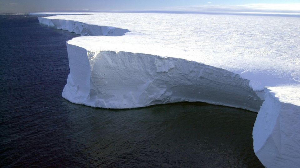 The largest iceberg A-68 began to collapse in Antarctica
